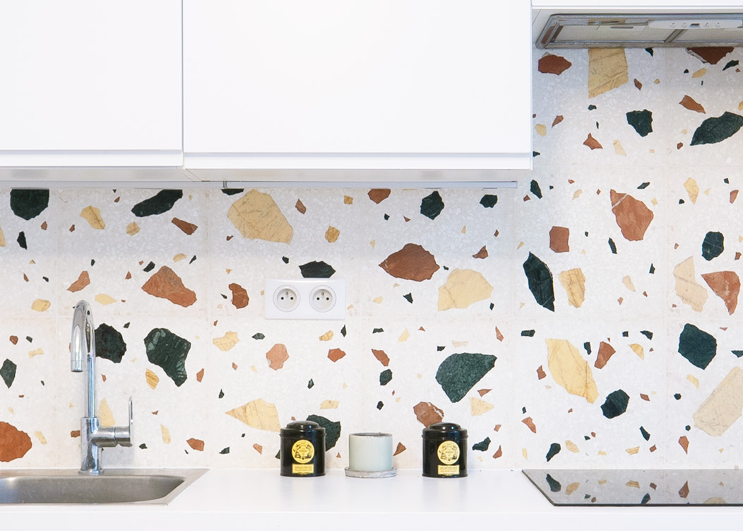 Kitchen backsplash in Terrazzo Wild large, 30x30 cm x 16 mm tiles